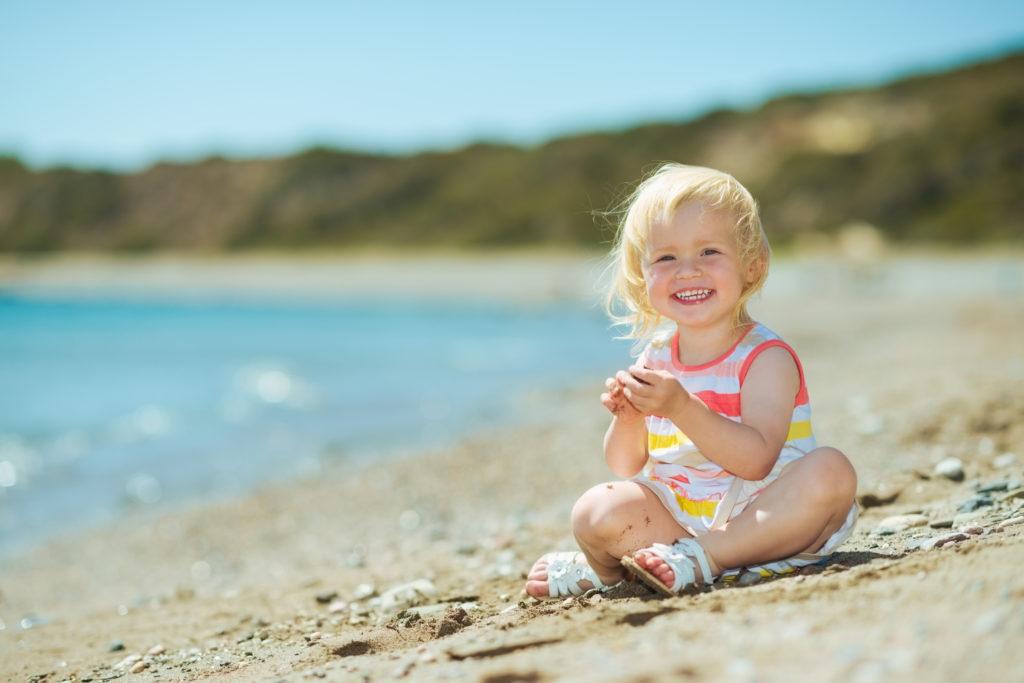 f4fcc2615 Si vives cerca de la playa o te quieres ir de vacaciones con tu pequeño por  primera vez lo que tienes que hacer es tener mucho cuidado
