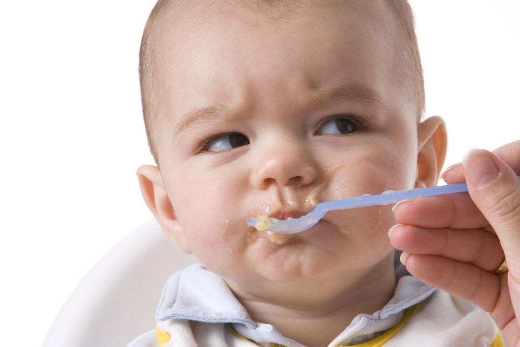 soplar la comida del bebé